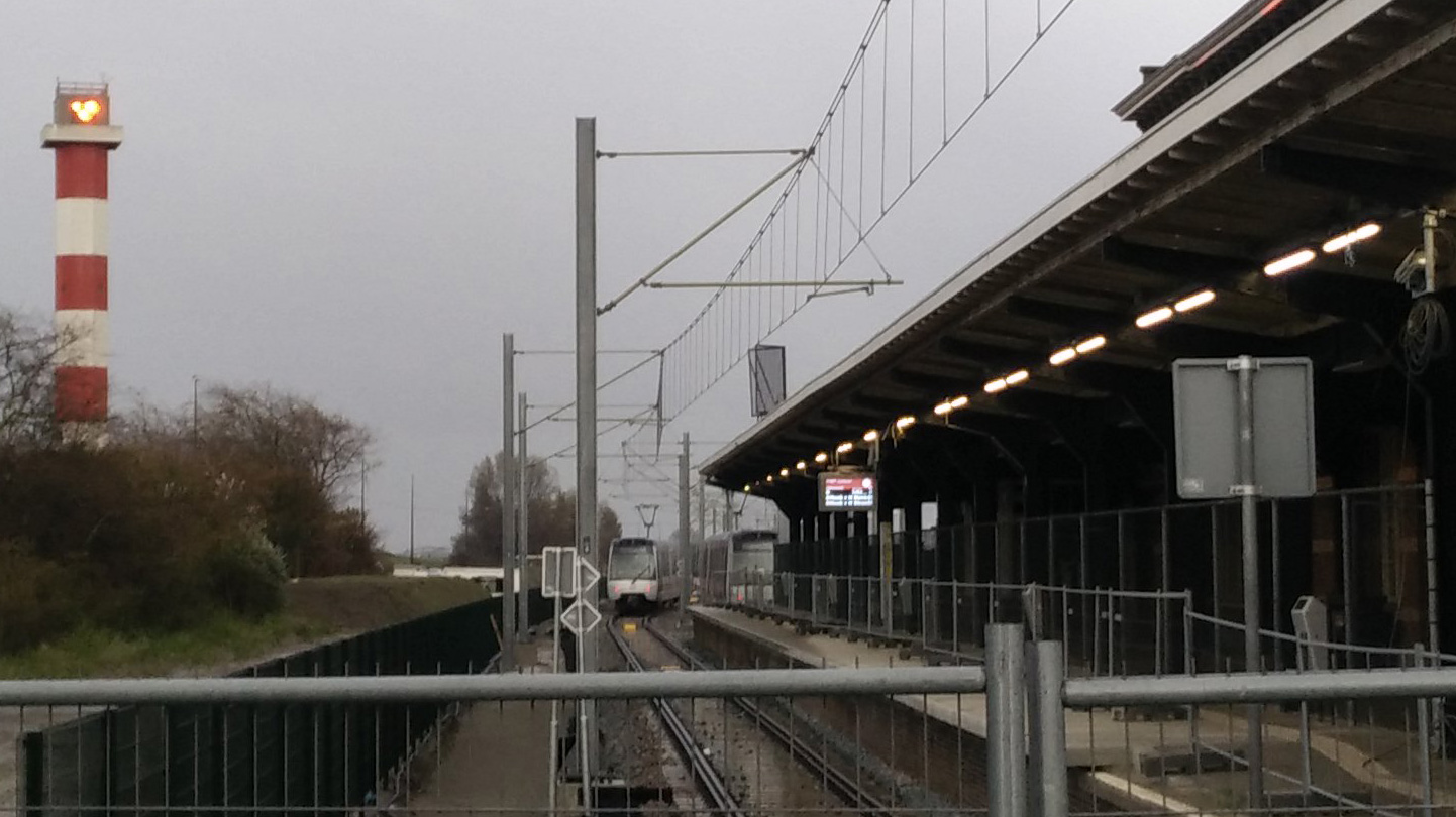 Metro's bij station Hoek van Holland Haven